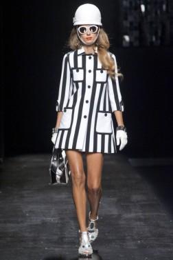 moschino-desfile-pv-2013-abrigo-corto-de-rayas-negras-y-blancas