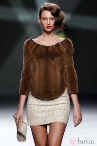 16788_desfile-devota-y-lomba-fashion-week-madrid-jersey-pelo-marron-mini-falda-beis