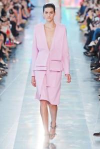 christopher-kane-desfile-pv-2013-traje-de-chaqueta-rosa-palo