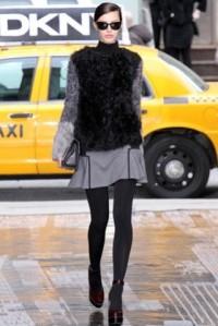 dkny-otonoinvierno-2012-2013-chaqueta-de-pelo-gris-y-negra