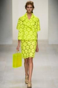 simone-rocha-desfile-pv-2013-falda-y-chaqueta-amarillo-fuerte-con-flores