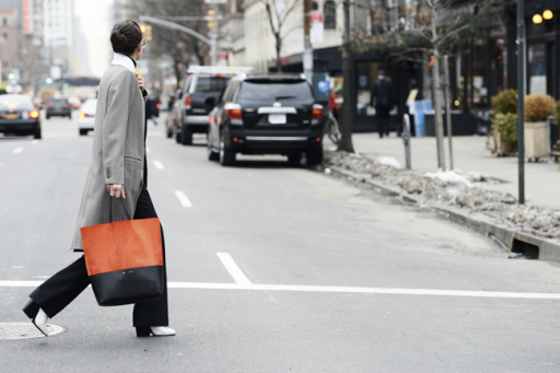 street style-minimal look-grey coat-wide pants-white shoes-two tone shopping bag