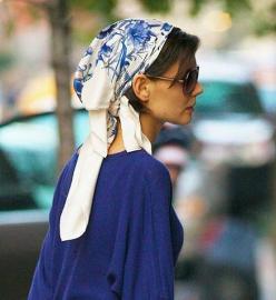 Katie Holmes pañuelo azul (trendencias.com)