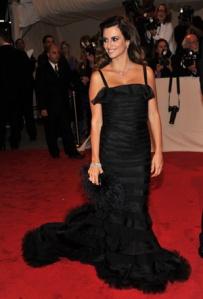 Penelope-Cruz-vestido-negro-oscar-de-la-renta-joyas-chopard
