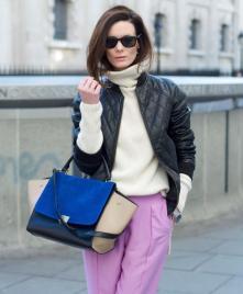 bolso azul y pantalon lila