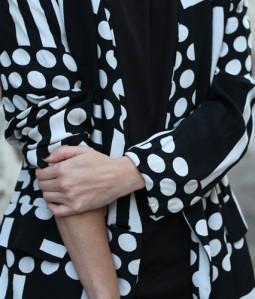 chaqueta-blanco_negro-lunares04