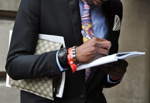 Mens_clutch_document_case_bag_men_street_style_inspiration_tommy_ton_nam_streetfsn_must_have_fashion_trends_izandrew_www_izandrew_blogspot_com_izandrew002-1.jpeg
