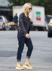Dakota-Fanning-Current-Elliott-Boyfriend-Jeans-Loved-3